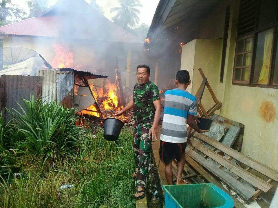 Petugas Damkar saat berupaya memadamkan Api yang melalap dua ruang belajar dan satu unit rumah penjaga UPT sekolah SMPN 1 Ranah Pesisir, Kabupaten Pesisir Selatan (Pessel). Sabtu (12/5). Sekitar pukul 13.15 WIB.